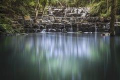 Vattenfall med en sjö Arkivbild