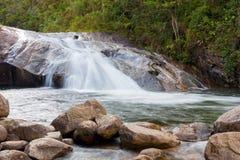 Vattenfall med grönt vatten arkivfoto