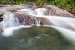 Vattenfall med längst ner grönt vatten royaltyfri bild