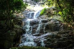 Vattenfall med pölen i den tropiska djungeln, Na Muang, Arkivbild