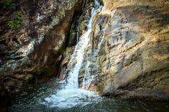 Vattenfall med pölen i den tropiska djungeln, Na Muang, Arkivfoto