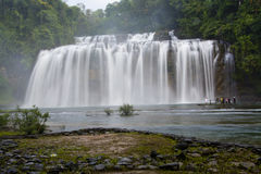 Vattenfall med silkeslent vatten Fotografering för Bildbyråer