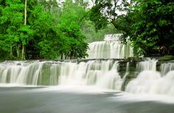 Vattenfall med silkeslent vatten royaltyfri fotografi