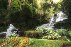 Vattenfall med stenen, Mundang vattenfall, Thailand Royaltyfri Foto