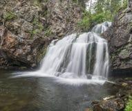 Vattenfall Myantyukoski, stenkaskad för tre moment i Karelia Royaltyfri Foto