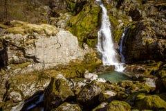 Vattenfall nära den Briksdal glaciären, Norge Arkivbild