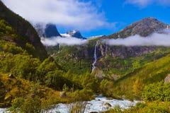 Vattenfall nära den Briksdal glaciären - Norge Arkivbild