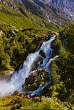 Vattenfall nära den Briksdal glaciären - Norge Royaltyfria Foton
