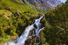 Vattenfall nära den Briksdal glaciären - Norge Arkivfoton