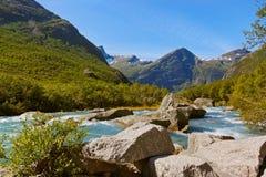 Vattenfall nära den Briksdal glaciären - Norge Arkivbilder