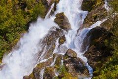 Vattenfall nära den Briksdal glaciären - Norge Fotografering för Bildbyråer