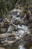 Vattenfall nedströms i den Yosemite nationalparken Royaltyfria Bilder