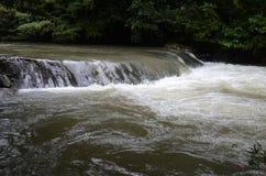 Vattenfall och ånga Arkivfoto