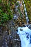Vattenfall- och bergfloden i fjällängarna, Bayern, Tyskland Royaltyfria Bilder