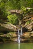 Vattenfall och bro i Hocking kullar delstatspark, Ohio, USA fotografering för bildbyråer
