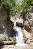 Vattenfall och en upphängningbro nära den Dryanovo kloster i Bulgarien Royaltyfria Bilder
