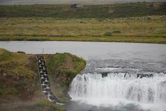 Vattenfall- och fiskstege i Island Arkivbilder