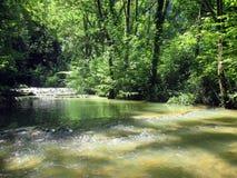 Vattenfall och handfat av Baumelesmessieurs i Frankrike arkivbild