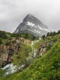 Vattenfall och korkat berg för snö arkivfoto