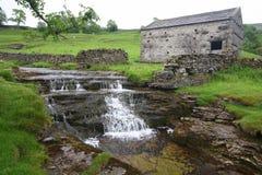 Vattenfall och ladugård Royaltyfria Foton
