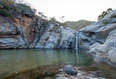 Vattenfall och naturlig simbassäng på Cascada Sol Del Mayo på den Baja California halvön i Mexico royaltyfri bild
