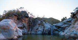 Vattenfall och naturlig simbassäng på Cascada Sol Del Mayo på den Baja California halvön i Mexico royaltyfria bilder