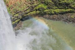 Vattenfall och regnbåge arkivfoto