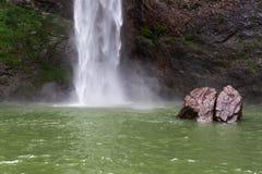 Vattenfall och stenar i porslin Arkivbilder