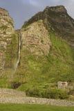 Vattenfall- och stenhus i Flores, Azores Poco gör Bacalhau Royaltyfri Foto