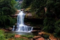 Vattenfall och ström i skog Arkivbilder