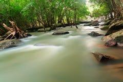 Vattenfall och ström i skogen Thailand Arkivbild