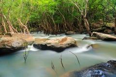 Vattenfall och ström i skogen Thailand Arkivfoton