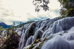 Vattenfall och träd i Jiuzhaigou Valley, Sichuan, Kina arkivbilder