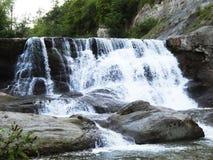 Vattenfall ovanför aftonexponeringsdimma lade ogenomskinlighet långt vatten för bergflodskyen Royaltyfri Bild
