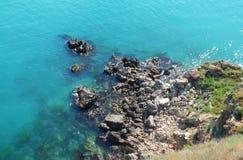 Vattenfall ovanför aftonexponeringsdimma lade ogenomskinlighet långt vatten för bergflodskyen Arkivfoto