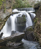 Vattenfall på Aberdulais Tin Mine royaltyfri fotografi