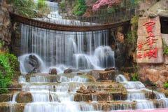 Vattenfall på Baofeng sjön. Arkivbild