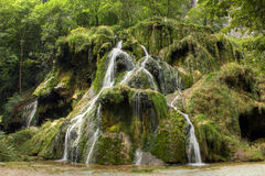 Vattenfall på Baumeles Messieurs, Jura - Frankrike arkivbilder