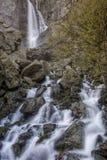Vattenfall på berget Arkivfoto