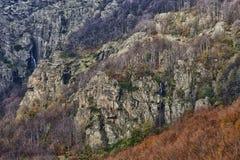 Vattenfall på berget Arkivbild