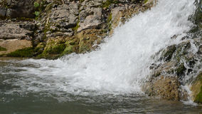 Vattenfall på bergfloden i Sochi lager videofilmer
