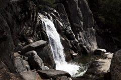Vattenfall på den Chilnualna slingaYosemite nationalparken Kalifornien arkivbilder