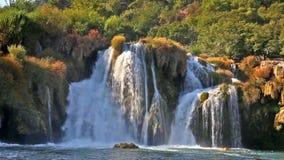 Vattenfall på den Krka floden i Kroatien stock video