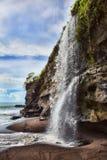 Vattenfall på den Melasti stranden Royaltyfria Bilder