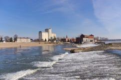 Vattenfall på den Odra floden i Brzeg, Polen arkivbild