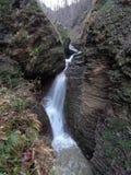 Vattenfall på en bergflod Arkivfoton