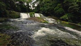 Vattenfall på en flod arkivfilmer