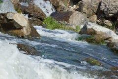 Vattenfall på en stenig flod. Fotografering för Bildbyråer