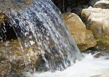 Vattenfall på en stenig flod. Arkivbild