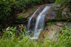 Vattenfall på en tillbaka väg i förutom Boone, North Carolina arkivbilder